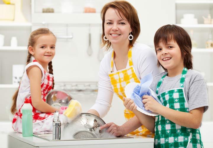 کمک کردن کودکان در کارهای خانه