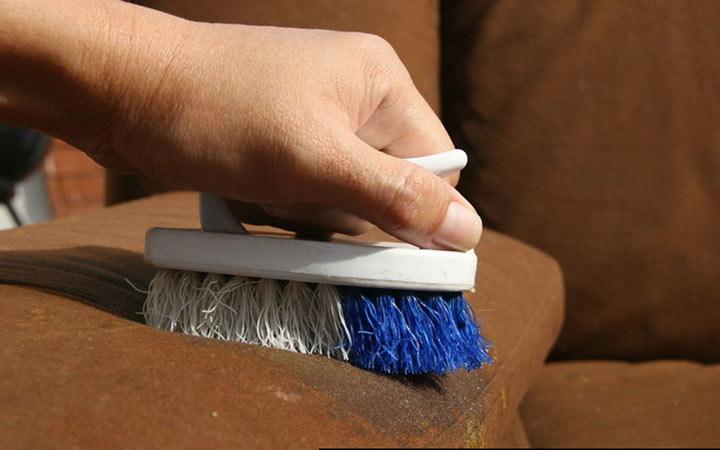 تمیز کردن مبل پارچه ای - استفاده از برس