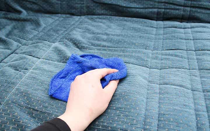 تمیز کردن مبل پارچه ای - استفاده از شوینده های خشک