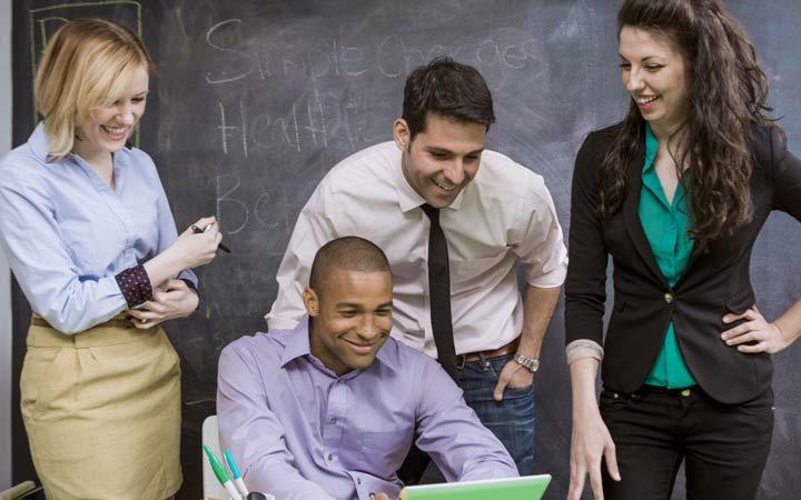 سعی کنید رفتارتان با همه ی همکاران تان متواضعانه، همراه با محبت و احترام باشد - کارمند نمونه