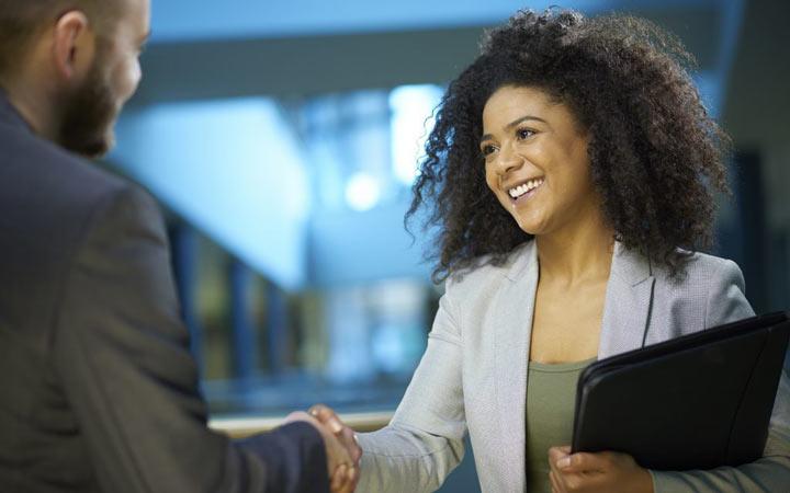 خوب کار کنید و به موقع سرکار حاضر شوید و بگذارید رؤسایتان ببینند که در کارتان وارد هستید - کارمند نمونه