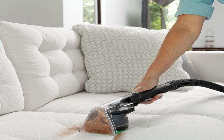 تمیز کردن مبل پارچه ای - توزیع شوینده روی سطح مبل