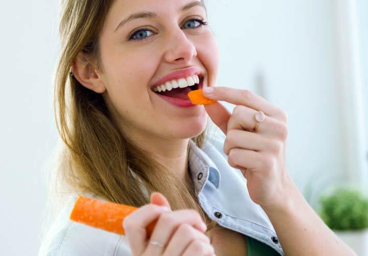کمک به حفظ سلامت دندان از خواص هویج است.