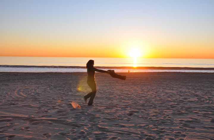 زنی در ساحل