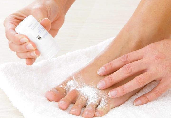 استفاده از برخی پودرها به خشکی پاها کمک می کند.