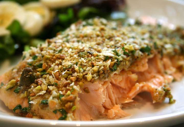 خواص جعفری - فیله ماهی سالمون پوشیده از پسته یک غذای خوشمزه با جعفری است.