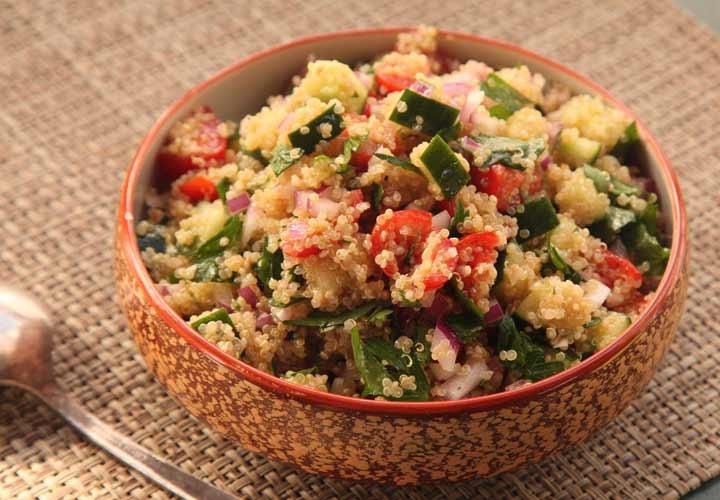 استفادهی آسان در غذاهای مختلف از خواص خیار است.