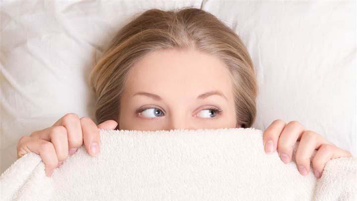 دختر در رختخواب