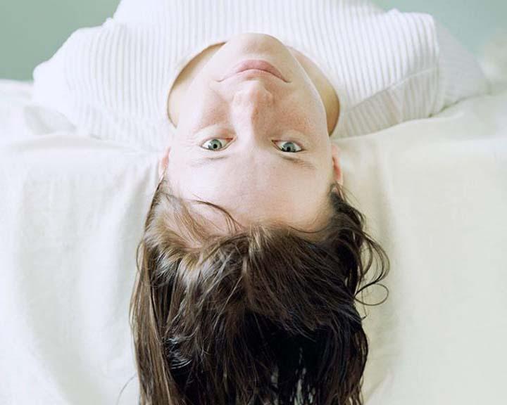 موی خیس روی بالش