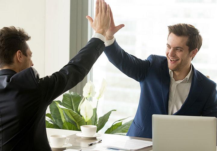 تبعیض در محل کار- رفتار دوستانه با فردی که مورد توجه رئیس است