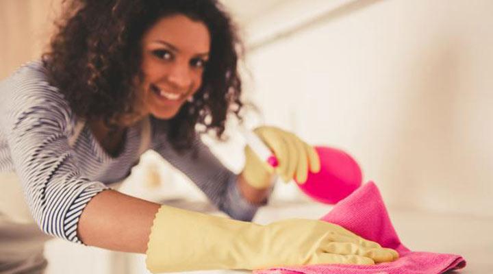 زن در حال تمیز کردن خانه