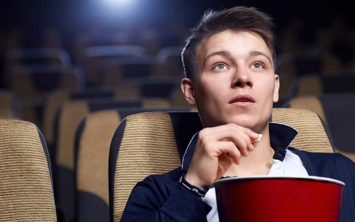 تماشا کردن فیلم، خواندن کتاب و یا گوش کردن به موسیقی در یادگیری اسپانیایی بسیار مؤثر است.