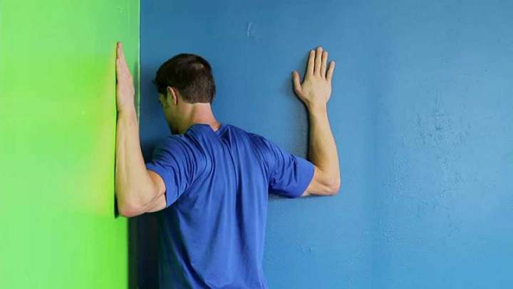 برای ورزش گردن از حرکت چرخش گردن استفاده کنید