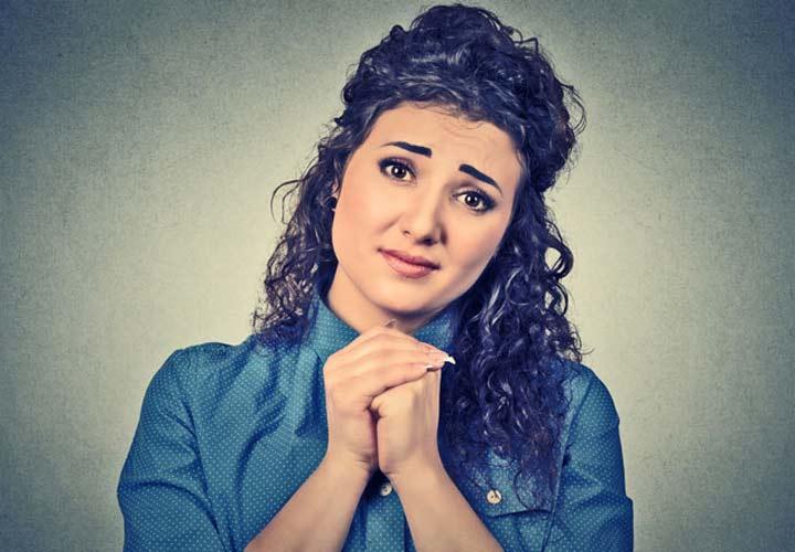 زنی که ناامیدانه در حال خواهش کردن است