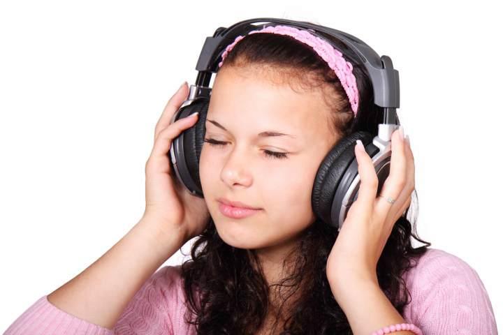 در حال گوش دادن به موسیقی - اسپاتیفای چیست