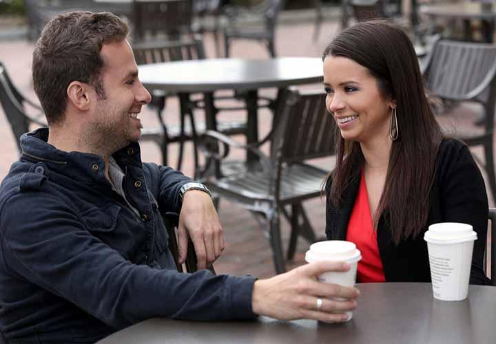 زن و مرد در حال گفتوگو
