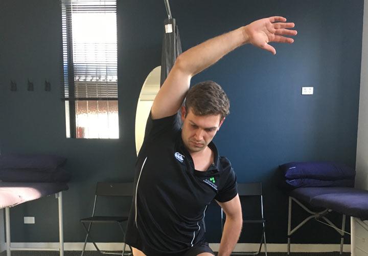 خم شدن جانبی تنه حرکت کششی است که به خوش اندامی شما کمک می کند.