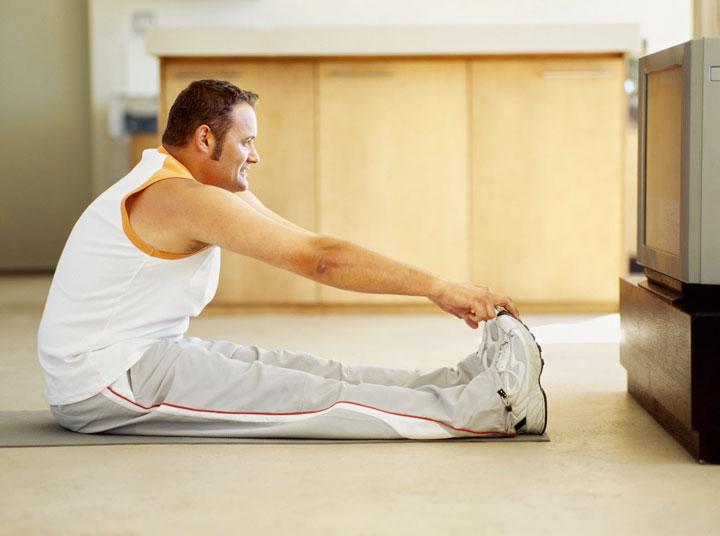 ورزش هنگام تماشای تلویزیون - ۲۱ راه برای وزن کم کردن تنبل ها