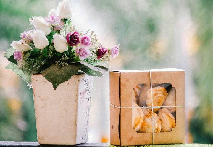 ابراز علاقه به همسر - بیدلیل هدیه بخرید