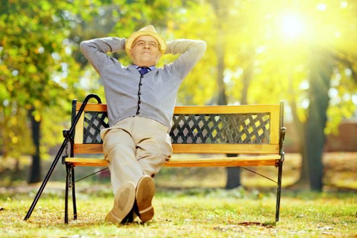 مرد سالمند در حال استراحت - آرتروز