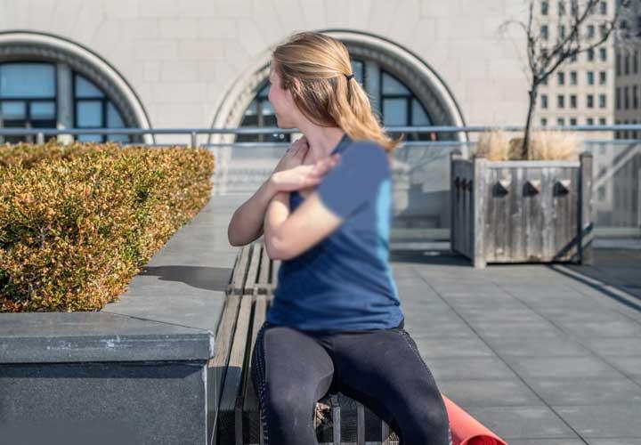 چرخش تنه حرکت کششی است که به خوش اندامی شما کمک می کند.