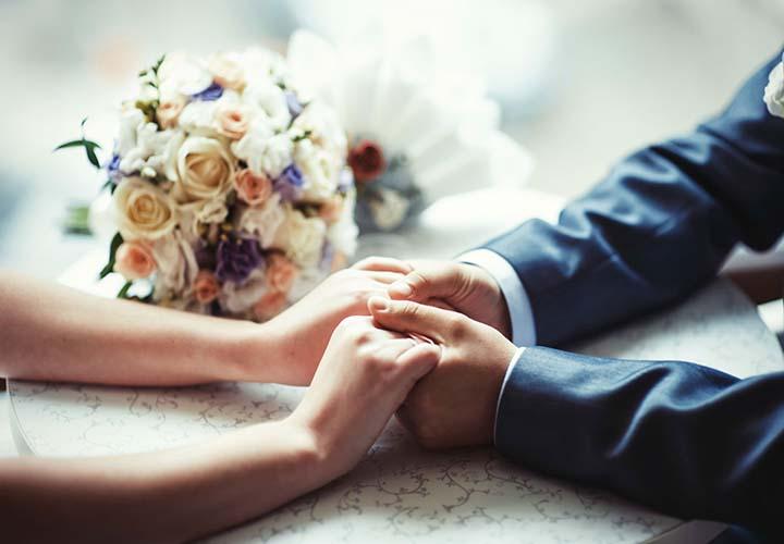 دستان همسران در دست هم