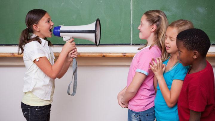 دختر در حال صحبت با بلندگو