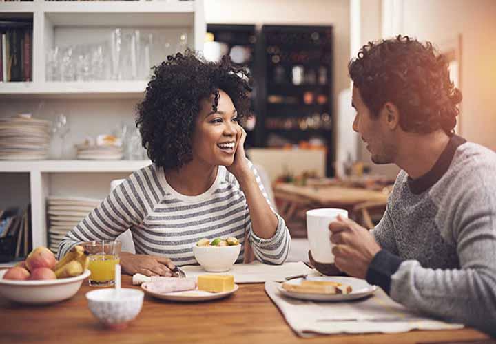 زوج در حال غذا خوردن