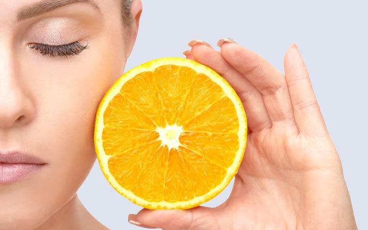 مصرف کافی ویتامین C جهت حفظ سلامت پوست ضروری است.