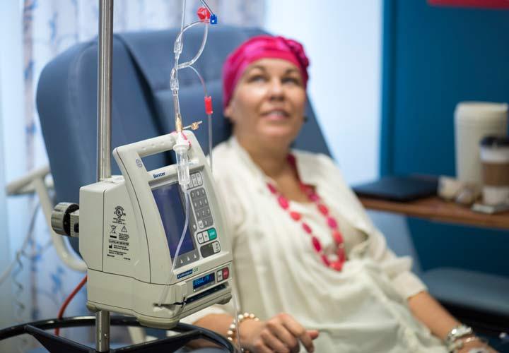 جراحی و شیمی درمانی از روش های رایج درمان سرطان تخمدان هستند.