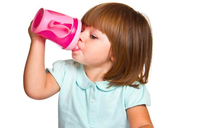 کودک یک ساله - عادت دادن کودک به لیوان مخصوص مایعات