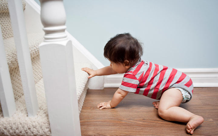 کودک یک ساله - میتواند به خوبی بخزد و با کمک اثاث منزل راه برود