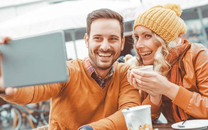 زوجهایی که زندگی عاطفیشان را در رسانه اجتماعی میگذارند میخواهند خودشان را قانع کنند