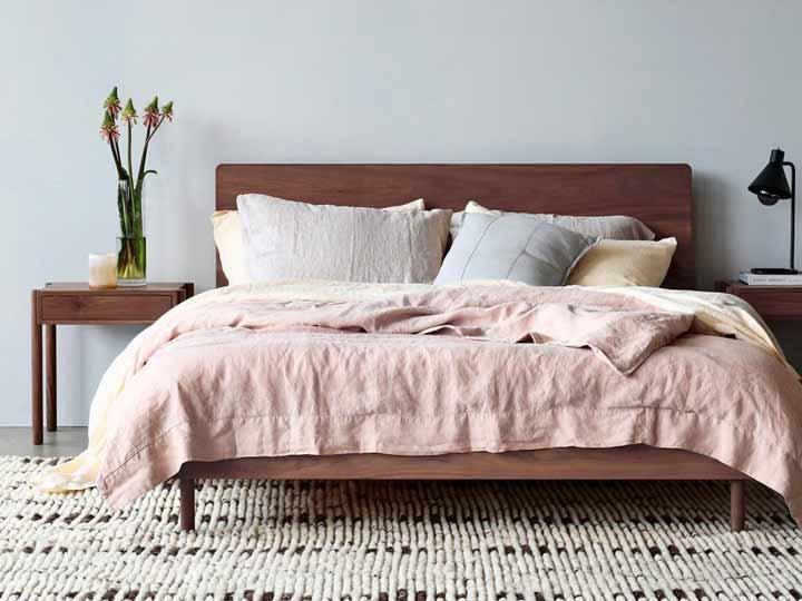 رنگهای ملایم و تابلوهای ساده در دکوراسیون اتاق خواب