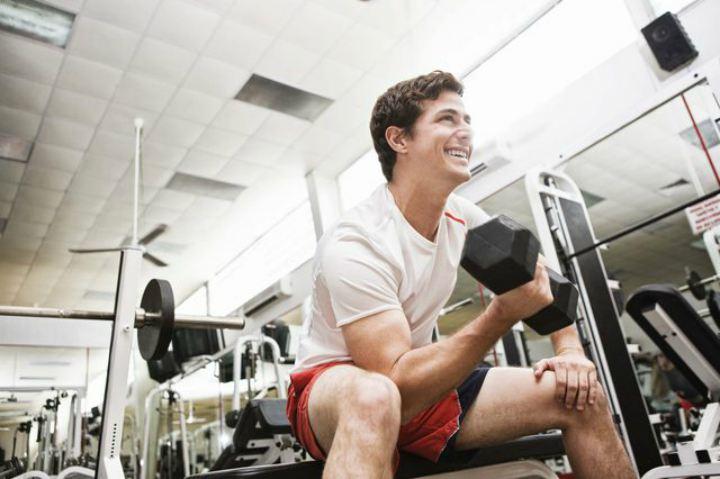 مردی در حال وزنه زدن - مبارزه با پوکی استخوان