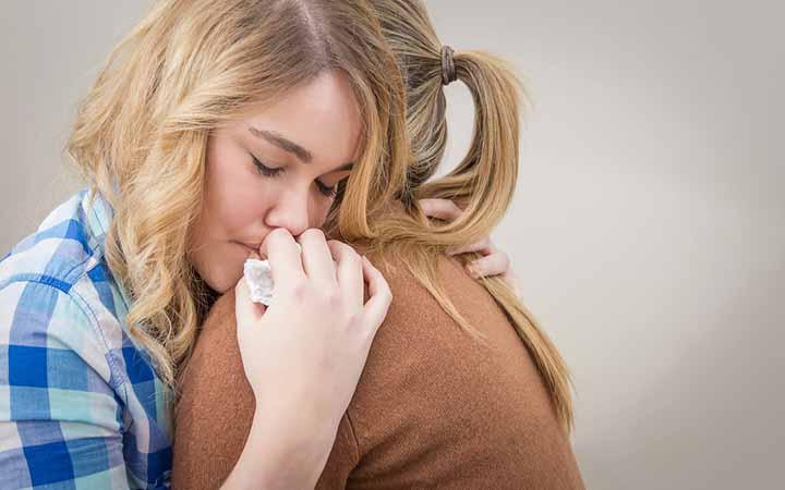 در آغوش کشیدن دو دوست
