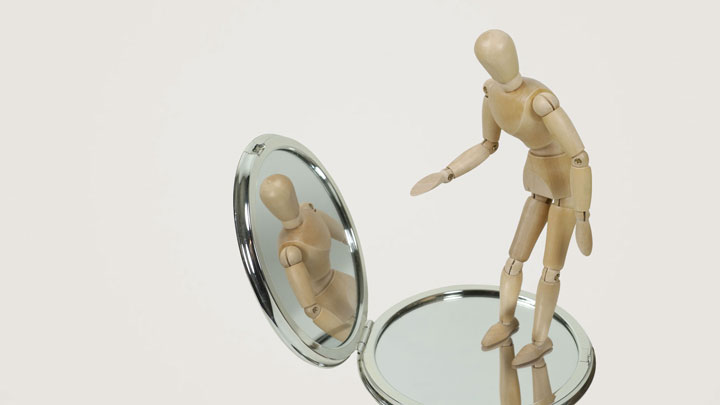آدمکی رو به آینه