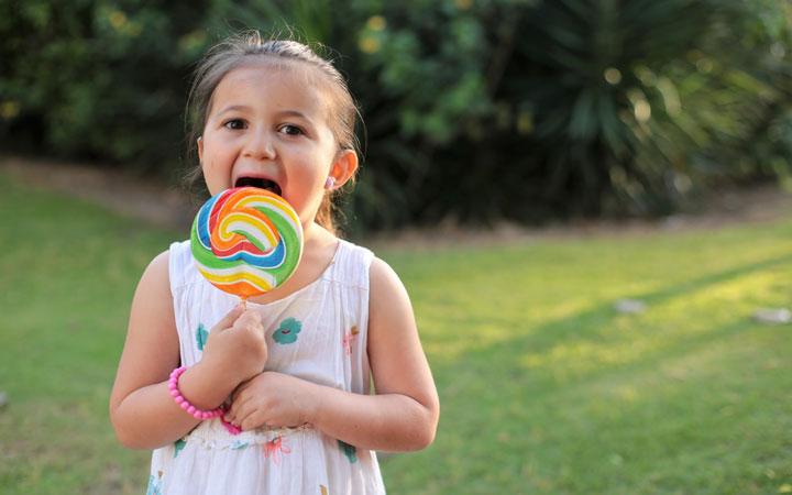 دختر در حال خوردن آبنبات