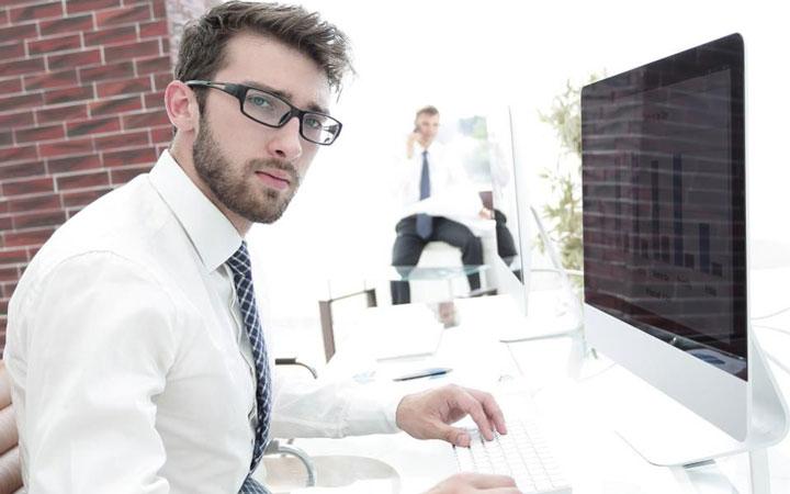 کارمند کار میکند و نتیجه آن را مدیر میبیند