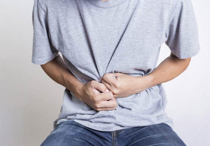 درد در قسمت راست و فوقانی حفرهی شکمی از نشانه های بیماری های کبد است.
