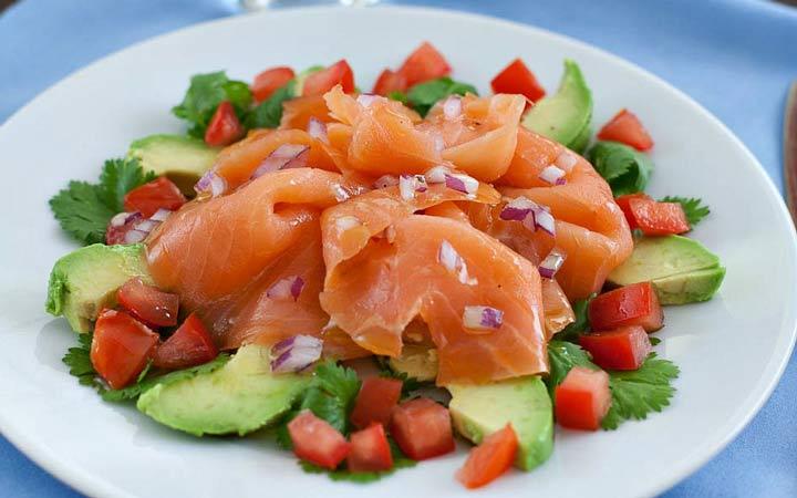 مواد غذایی که چربی های سالم دارند مثل انواع ماهی و آواکادو را جایگزین مواد غذایی بدون چربی کنید