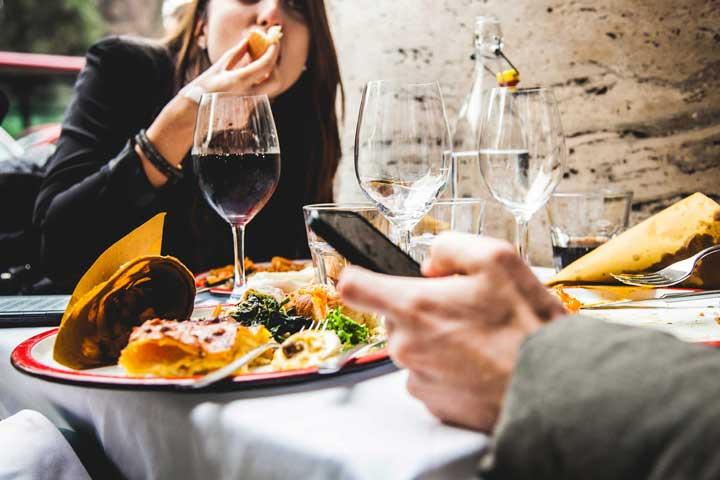 ۱۴ نکته در مورد آداب غذا خوردن و رستوران رفتن در سفر و تعطیلات