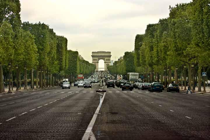 طاق پیروزی (Arc de Triomphe) در انتهای غربی خیابان شانزلیزه - جاهای دیدنی پاریس