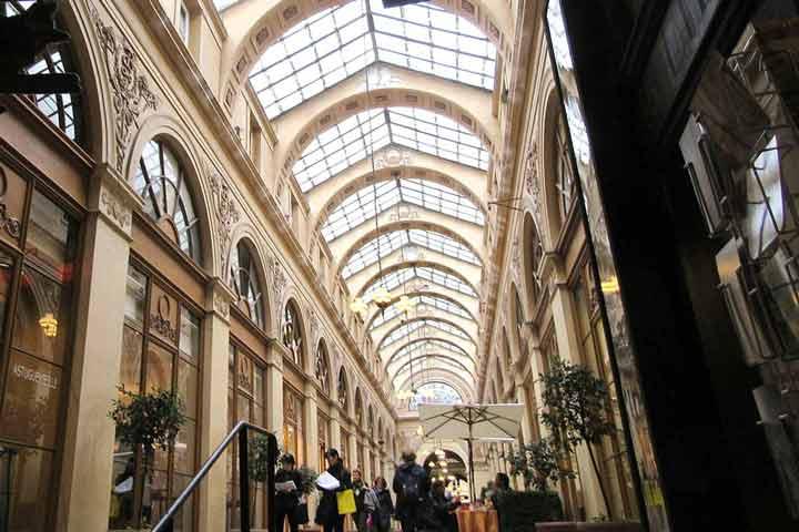 راهروهای سرپوشیده بنای ارزشمند بازمانده از قرن ۱۹ - جاهای دیدنی پاریس