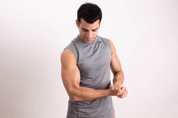 فشار روی عضله بازو یک حرکت ایزومتریک خوب برای جلو بازو است