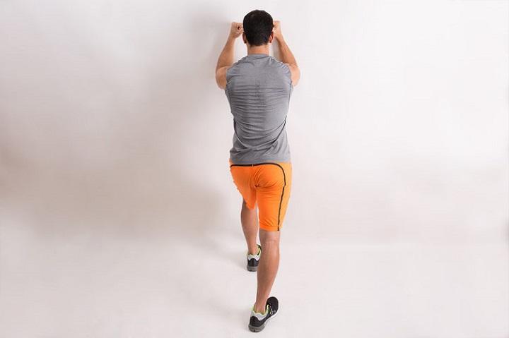 فشار پشت بازو روی دیوار یک حرکت ایزومتریک خوب است