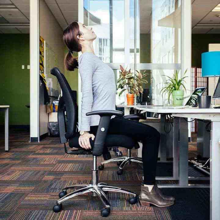 حرکت پشت بند نشسته به کمر شما فشار خوبی وارد می کند