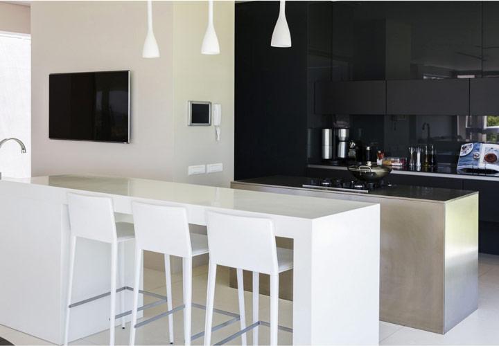 رنگ آشپزخانه - ترکیب مشکی و سفید و استیل