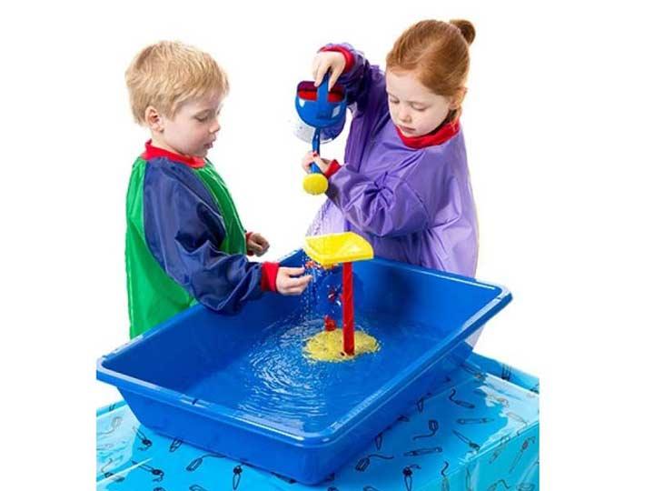 یعضی از بازی ها مثل آب بازی میتواند در یک تشت توسط کودکان انجام می شود