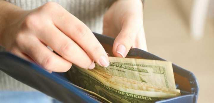 ۹ کار عجیبی که با انجام آنها پولتان را نادانسته هدر میدهید - خرج کردن فراتر از درآمد